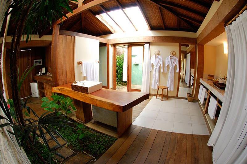 Todos banheiros são equipados com roupão junto amenidades