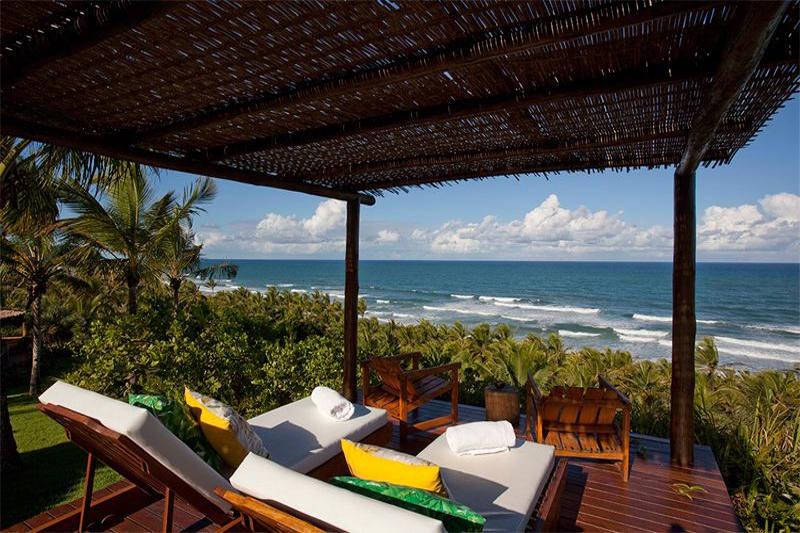 Espreguiçadeiras frente mar com uma vista espetacular, Txai Itacaré Resort é oque você buscava em excelência de hospedagem!