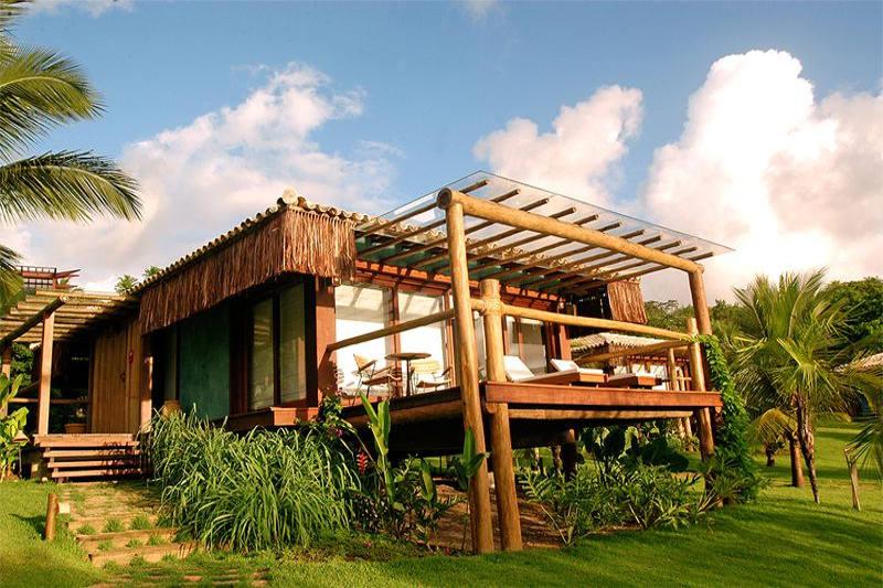 Construído sobre um deck de madeira suspenso, traz ao bangalô luxo uma vista única