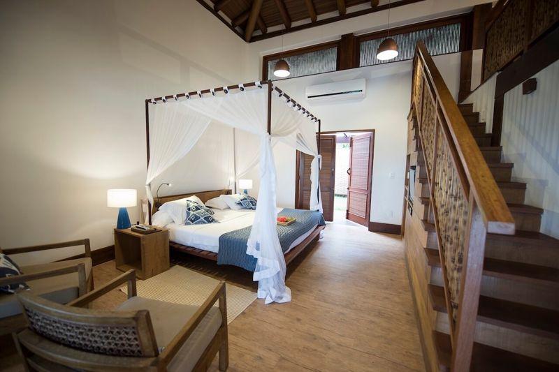 Vista do mezanino do apartamento luxo com detalhes da cama casal