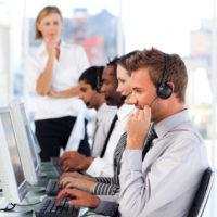 linda-lider-feminina-com-uma-equipe-em-um-call-center_13339-140282