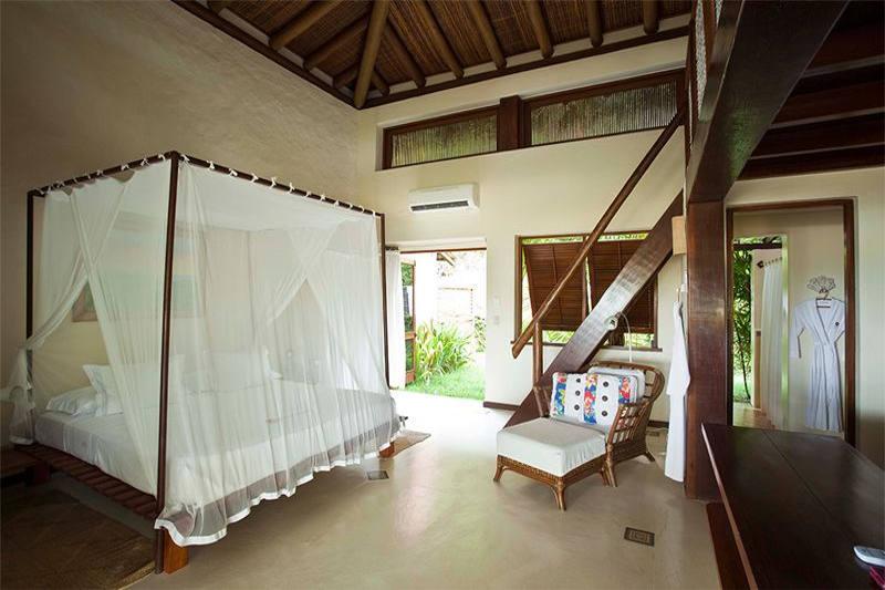 Apartamento Luxo, detalhes cama casal com poltronas proximas