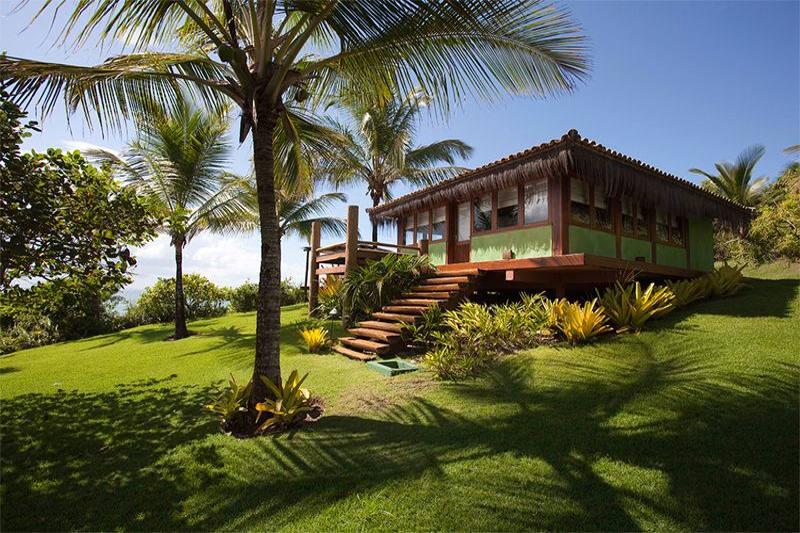 Bangalô luxo com detalhes da escada alta e fachada verde